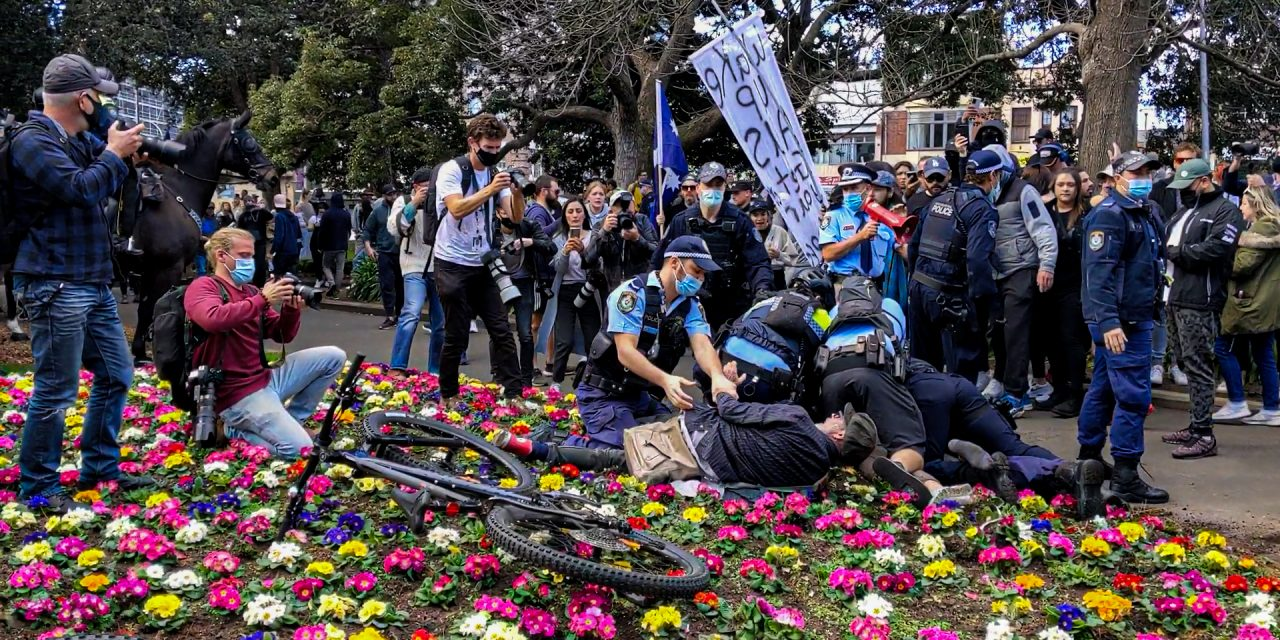 Thousands of Sydney protesters defy lockdown